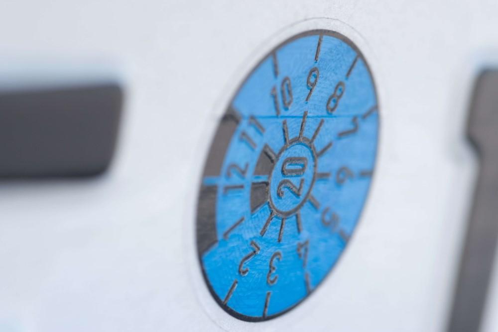 blaue Prüfplakette-Gutachter-Ballin